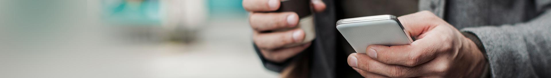 Mężczyzna używa telefonu komórkowego - Banner Kontakt